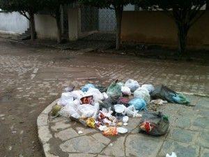 Lixo espalhado incomoda moradores e visitantes de Belo Jardim