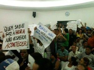 Manifestantes ocupam a Câmara e vereadores recebem vaias