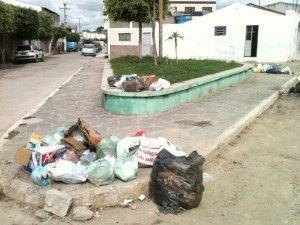 Lixo toma acumulado nas praças