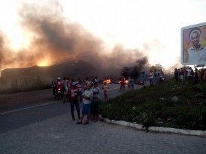 Moradores do Frei Damião fecham BR-232