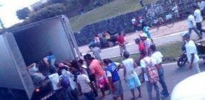 Registro de saques a caminhões que estavam no tranqsito da BR-101 em Abreu e lima