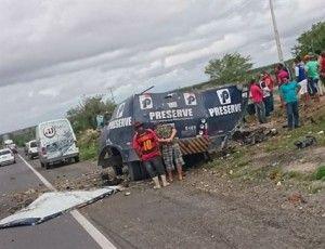 Criminosos explodem carro-forte na BR-423; vigilante fica ferido