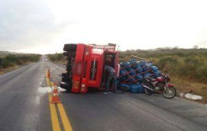 Caminhão carregado com botijões de gás tomba na BR-232 em Tacaimbó