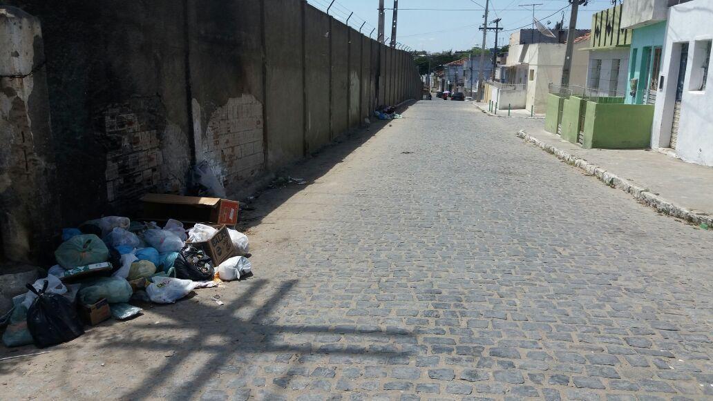 Aposentada reclama de lixo jogado em rua no bairro da Gameleira