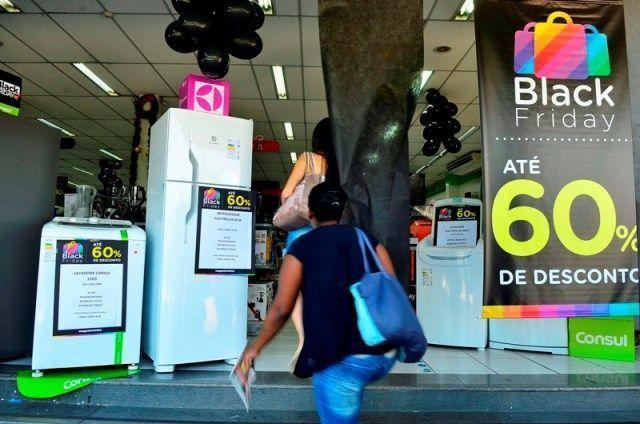 Procon dá dicas para consumidores não serem enganados na Black Friday