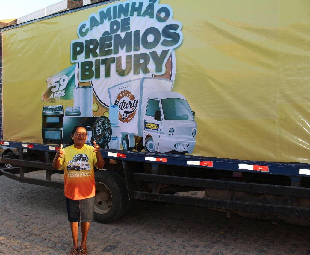 Maria Luzinete recebeu os prêmios em sua casa no Bairro Santo Antônio (Foto: Divulgação/Rádio Bitury)