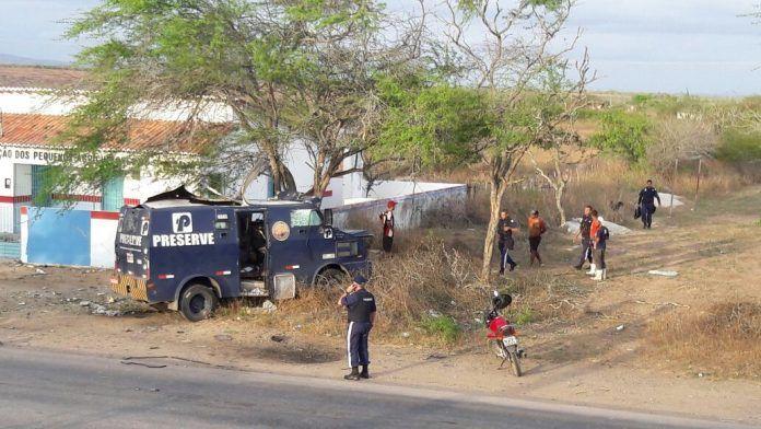 Criminosos explodem carro-forte em São Bento do Una, no Agreste