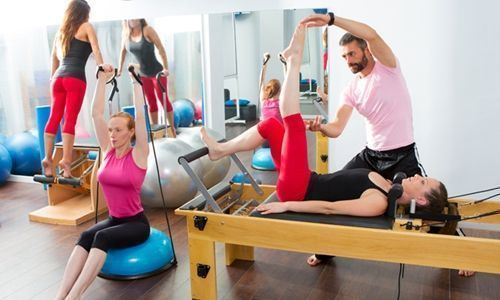 Mulheres, pilates, academia, professor, exercícios