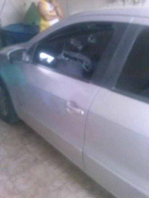 O carro da vítima também foi alvejado com disparos. (Foto: Reprodução/Whatsapp).