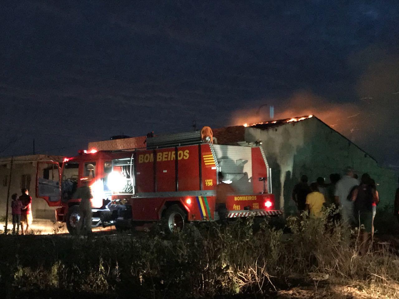 Incêndio atinge casa no Bairro Maria Cristina, em Belo Jardim