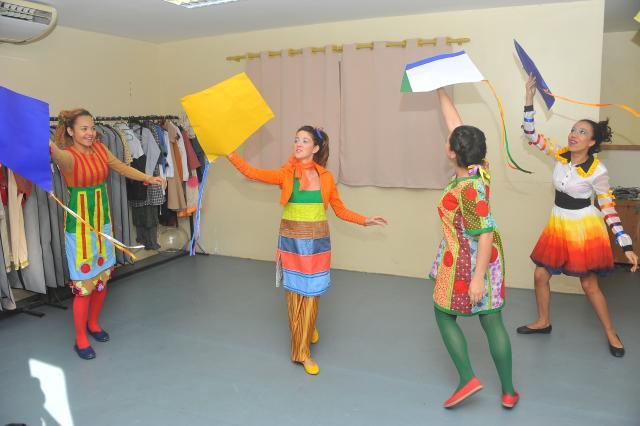 São oferecidas aulas de dança, teatro, técnica vocal e violão para crianças e adultos. (Foto: Divulgação).
