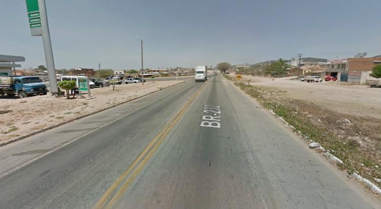 Vítima estacionou seu veículo nas margens da BR 232 para resolver assunto sobre uma construção nas proximidades Foto: Reprodução/Google Street View