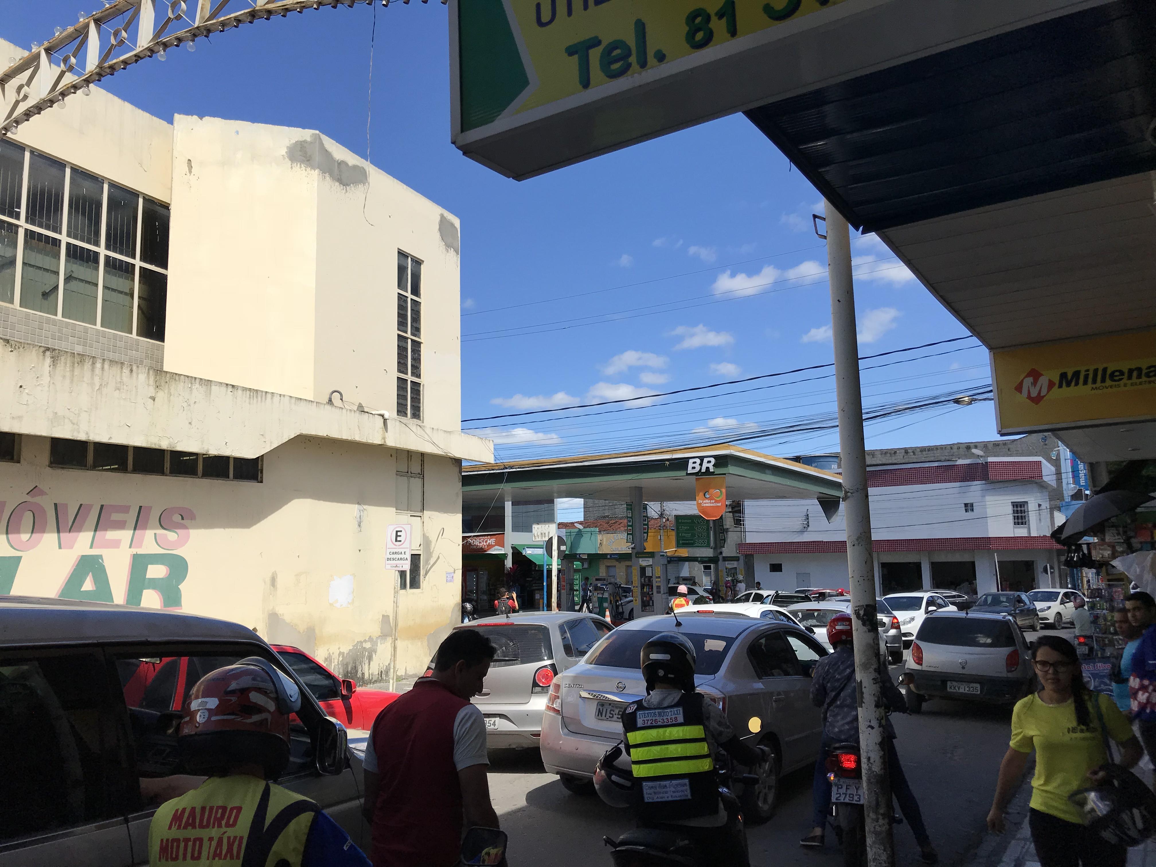 Longas filas foram registradas em postos da cidade. Foto: Reportagem / BJ1