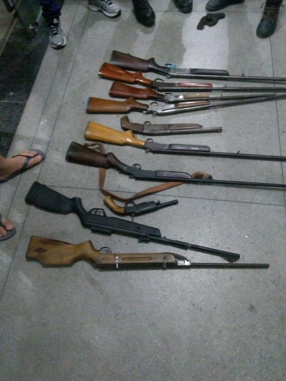 Dez armas foram apreendidas na ação. Foto: Divulgação / PM