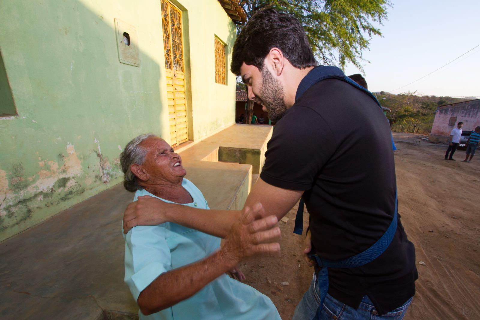 Vinícius Mendonça é recebido com carinho por moradores