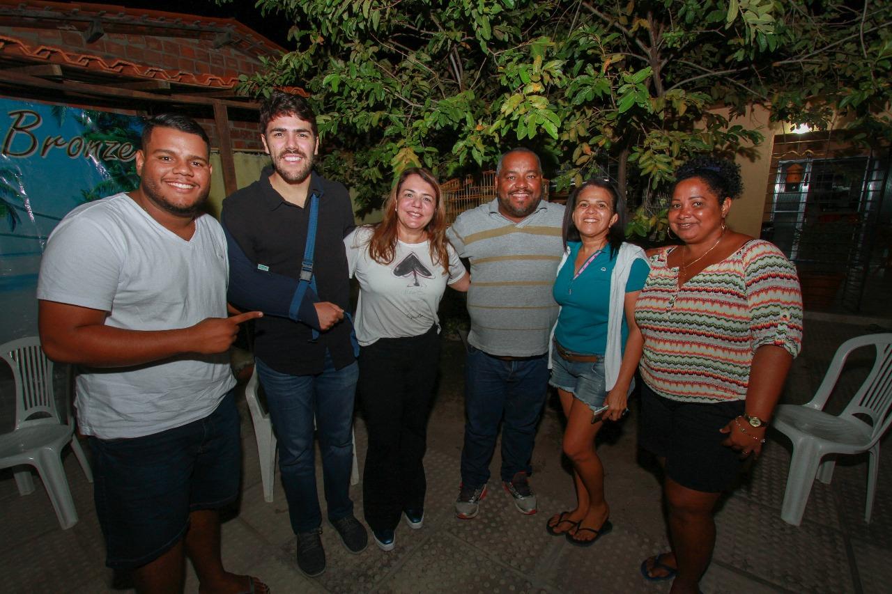 Andréa e Vinícius participam de rodas de conversas em comunidade de Paulista