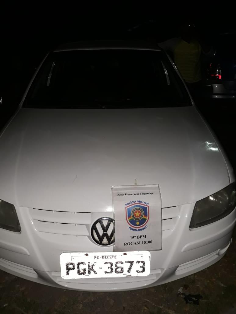 Carro roubado foi recuperado pela PM no bairro da Cohab III. Foto: Divulgação / PM