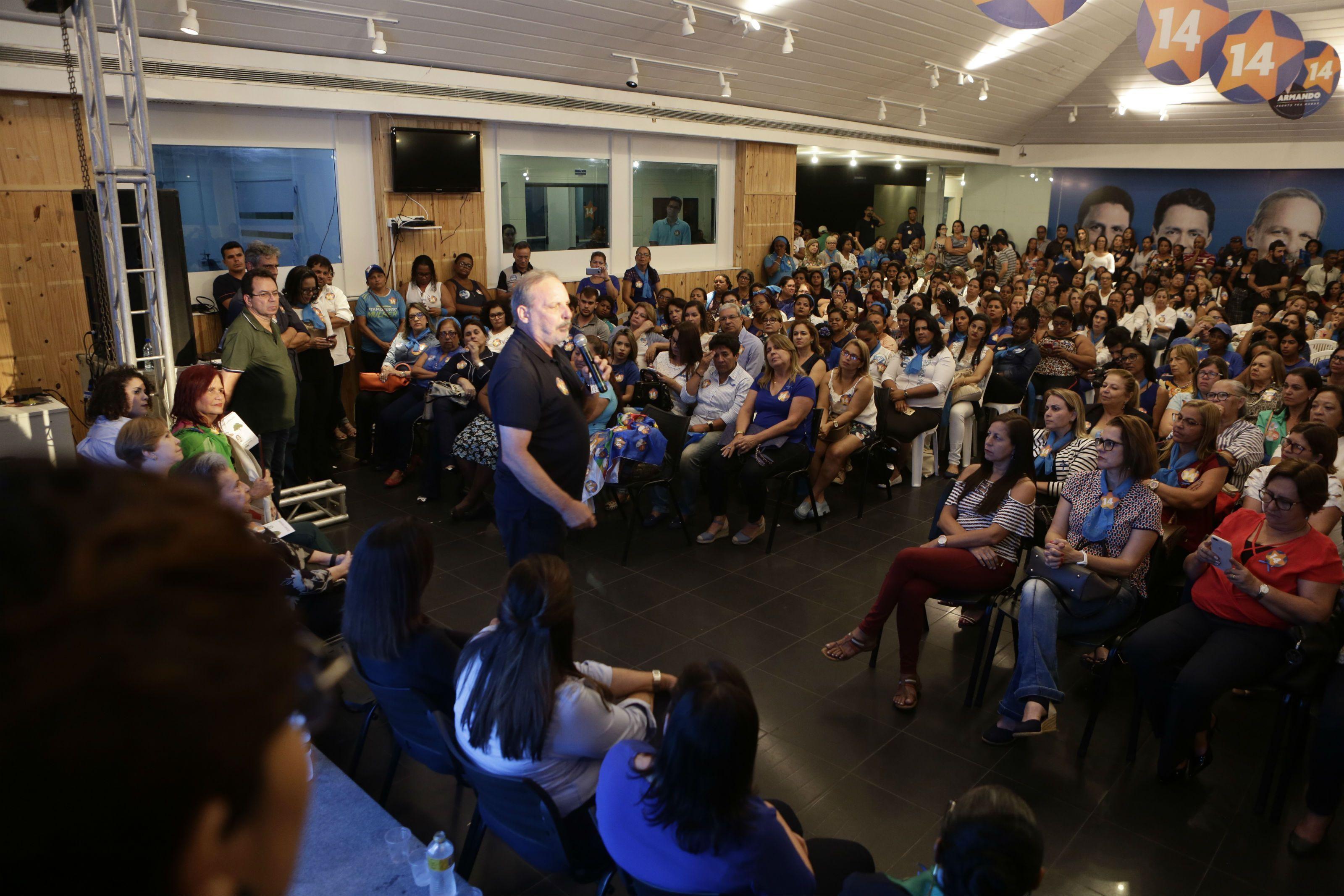 Em encontro com mulheres, Armando defende humanização do atendimento nas delegacias