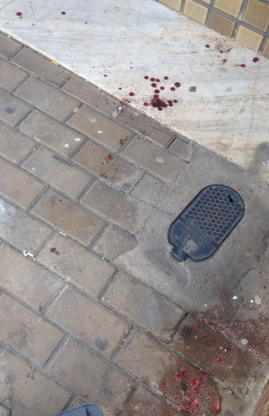 O local onde as agressões aconteceram ficou sujo de sangue. Foto: Cortesia