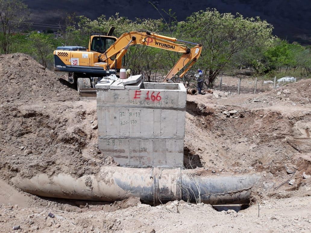 Equipe da empresa trabalha para consertar trecho que rompeu entre Sanharó e Belo Jardim. Divulgação/Compesa