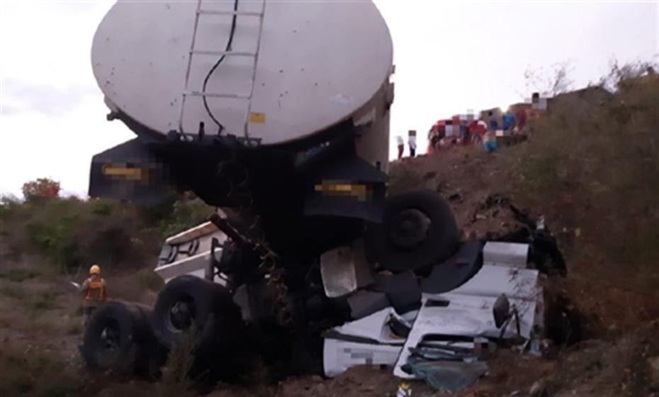 Colisão entre caminhões deixa uma pessoa morta na BR-232, em Belo Jardim