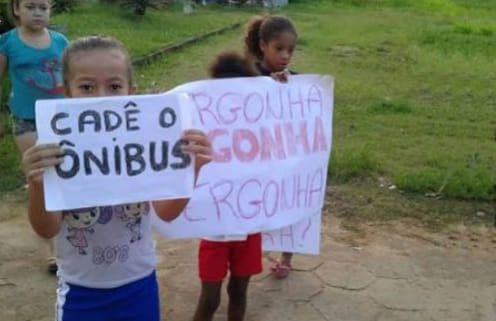 Resultado de imagem para Sem ônibus escolar, alunos protestam em frente à Prefeitura de Belo Jardim