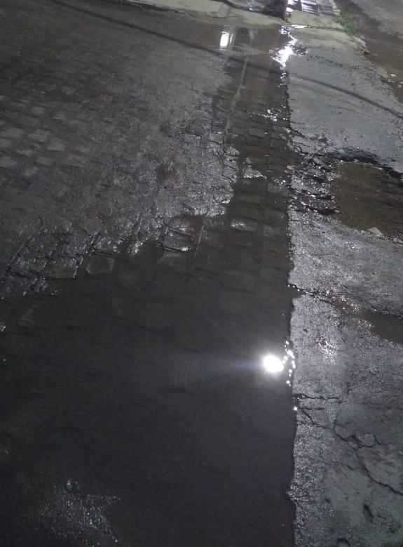 Canos estourados desperdiçam água há seis dias na Cohab 1, denuncia morador