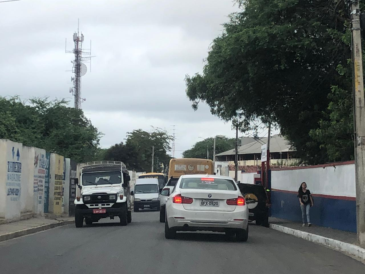 Motoristas denunciam falta de fiscalização na parada dos veículos escolares no bairro Boa Vista