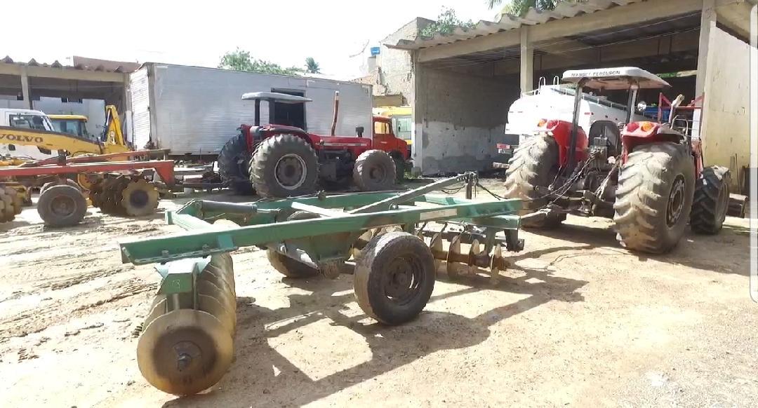 Vereadores de oposição encontram máquinas agrícolas abandonadas em Belo Jardim