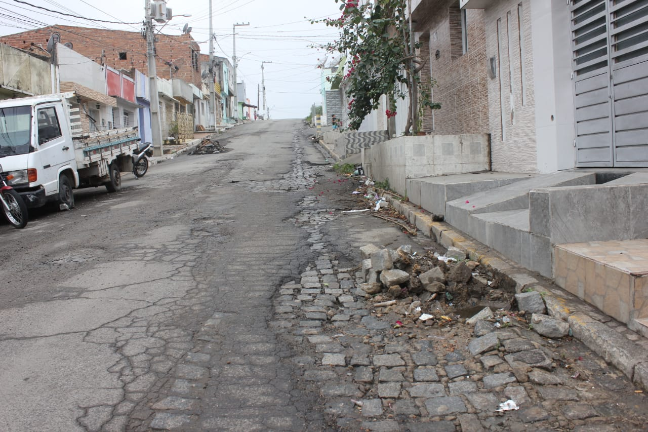 Asfalto danificado causa transtorno aos moradores do Bom Conselho