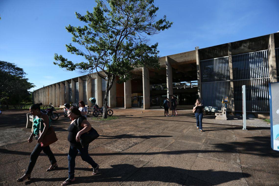 Brasília - Incluída no rodízio de abastecimento do DF, a Universidade de Brasília (UnB) está tomando medidas para reduzir o consumo de água, a instituição chegou a adiar o início das aulas no principal campus da instituição em função do racionamento (Fabio Rodrigues Pozzebom/Agência Brasil)