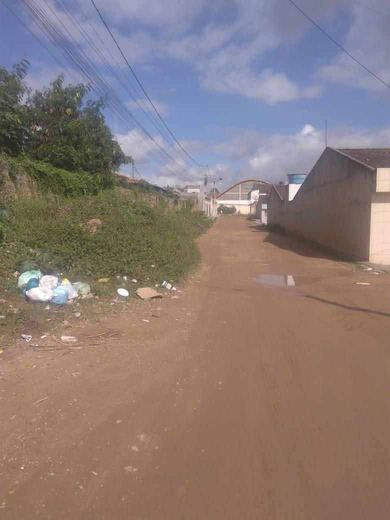 Moradores sofrem com abandono de rua na Cohab I