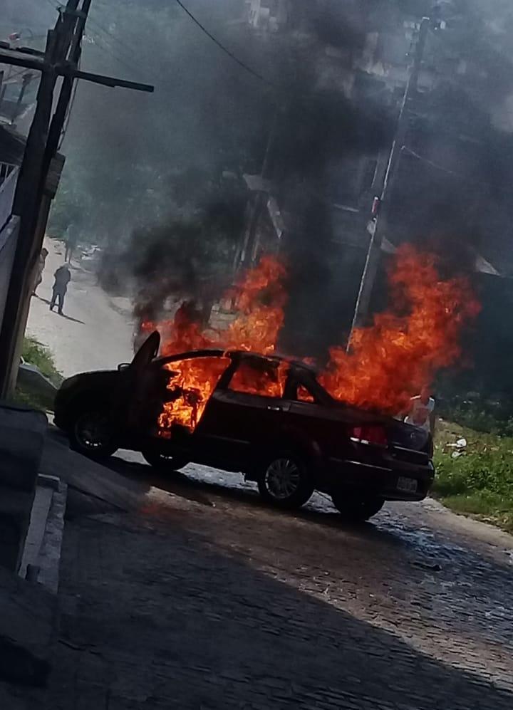 Carro pega fogo em Belo Jardim