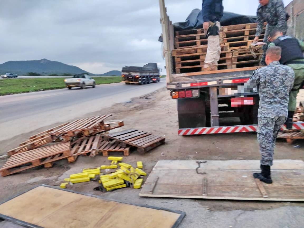 PRF apreende 8 toneladas de maconha na BR-232, em São Caetano