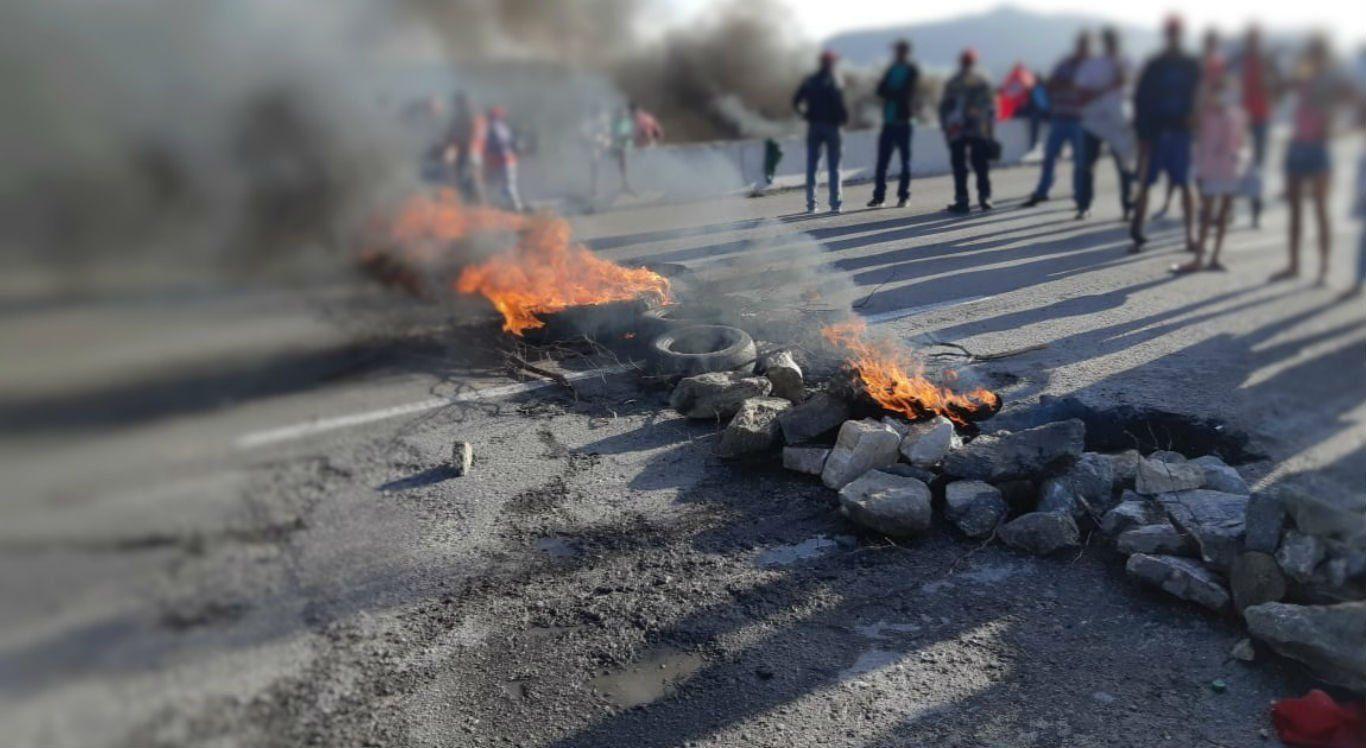 Manifestantes fecham trechos da BRs 232 e 104, em São Caetano e Caruaru