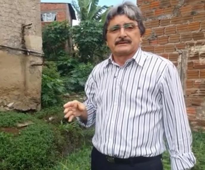 Vereador denuncia esgoto a céu aberto no bairro do Santo Antônio