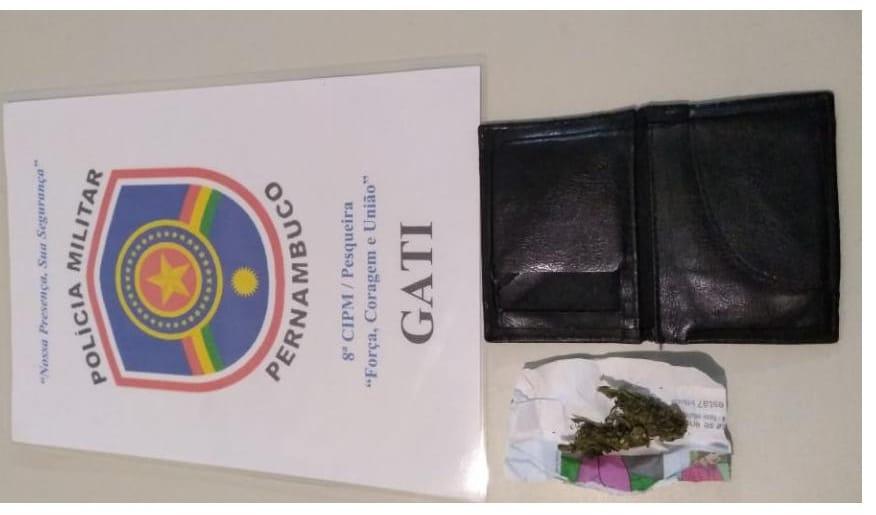 Homem é detido com drogas na carteira