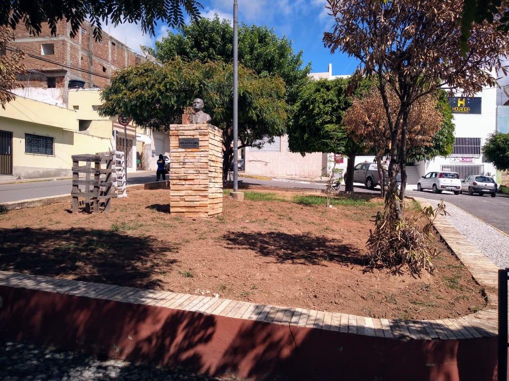 Praça no Centro de Belo Jardim mostra sinais de abandono