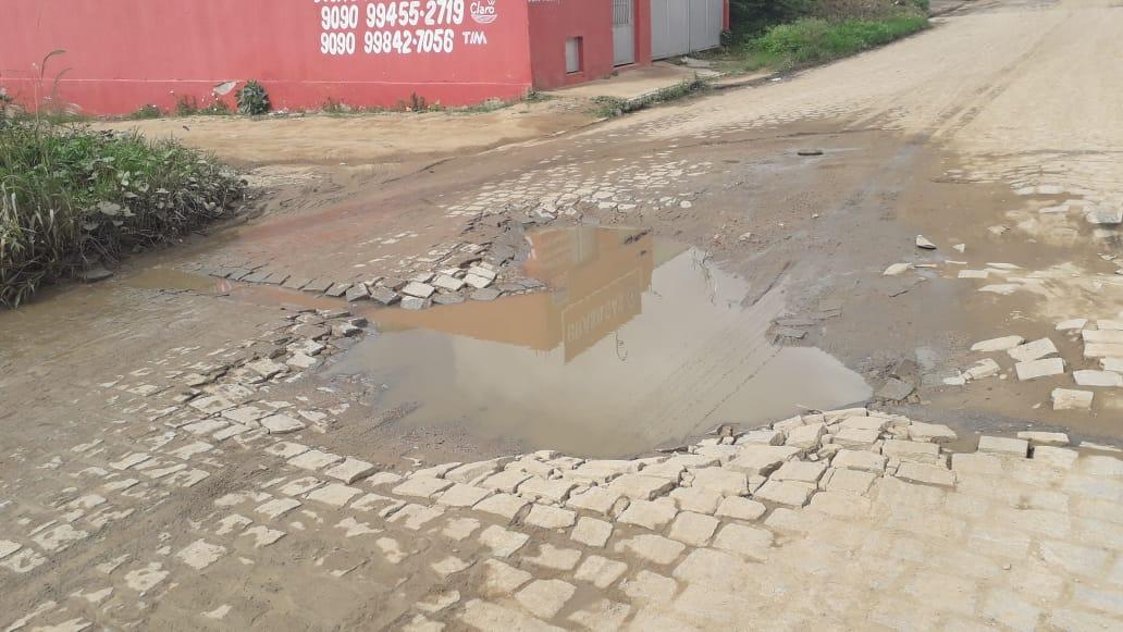 Moradores ironizam e programam aniversário de 1 ano de buraco em rua de Belo Jardim