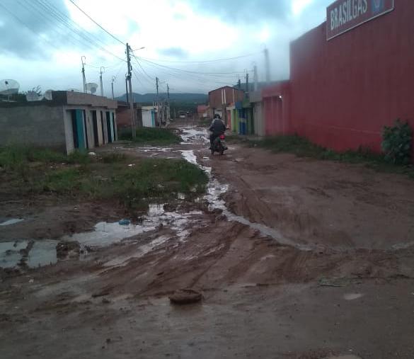 Morador denuncia buracos e lama em ruas do Viana & Moura da BR