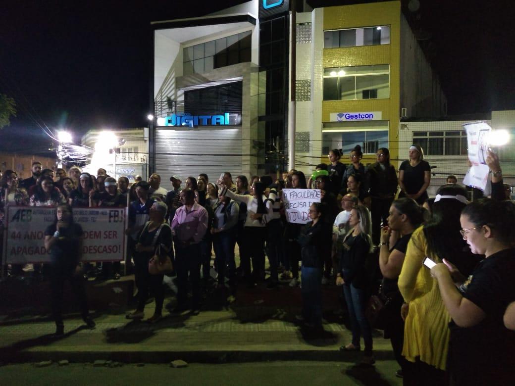 Servidores e alunos da Fabeja protestam contra cortes de recursos na unidade