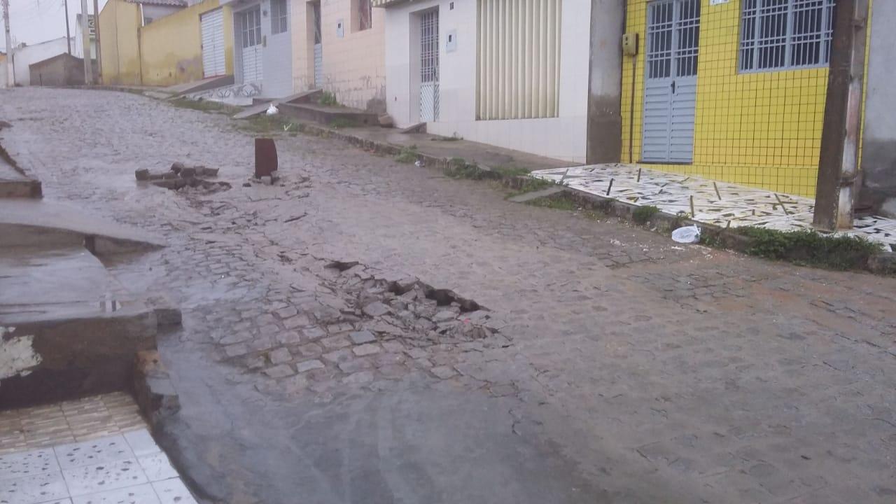 Denúncia: calçamento de rua na Cohab I afunda e moradores alegam serviço mal feito