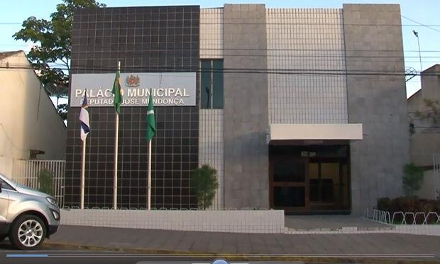Após 28 meses descumprindo decisão da justiça, prefeitura contrata empresa para organizar concurso público