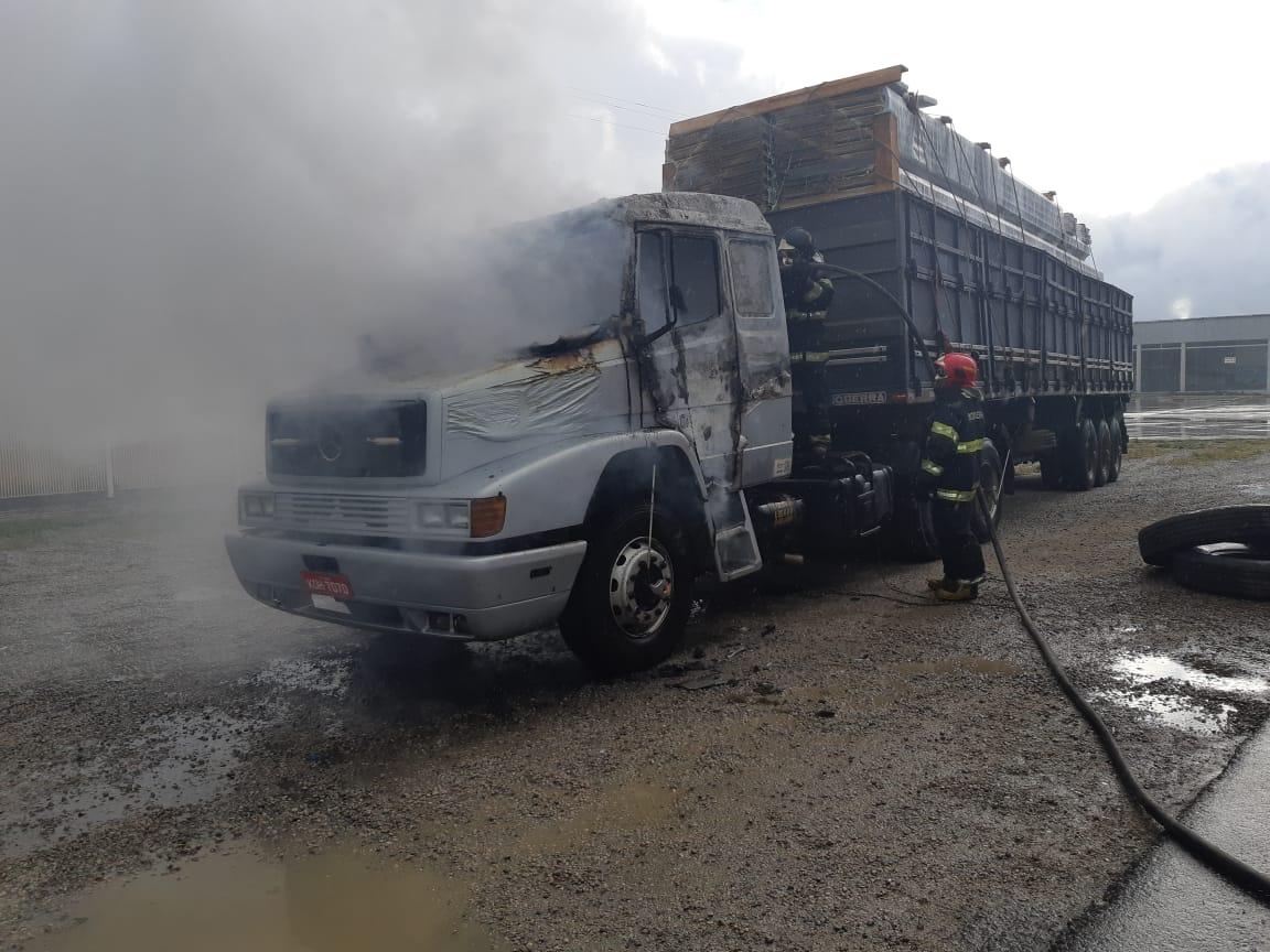 Caminhão pega fogo na manhã desta segunda em São Caetano