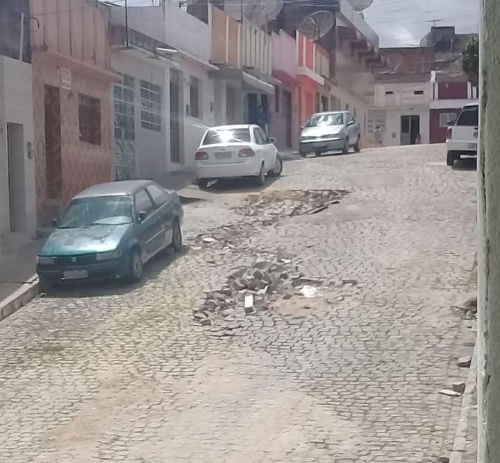 Calçamento afunda no São Pedro e está há meses sem solução
