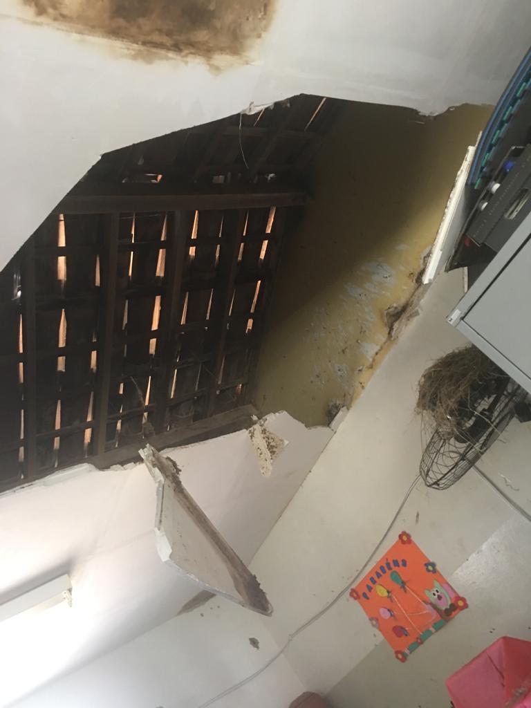 Telhado de escola cai e alunos assistem aula em garagem na zona rural de Belo Jardim