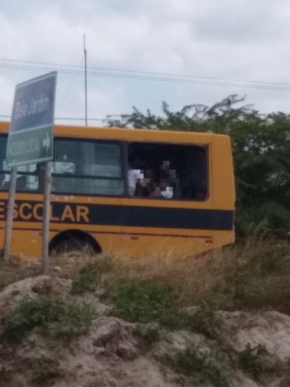 Flagra: Ônibus escolar é visto circulando sem janela em Belo Jardim