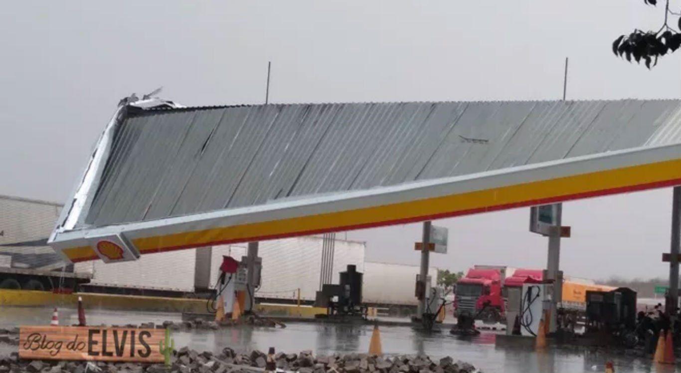 Teto de posto de combustíveis desaba após chuva e forte ventania no Sertão