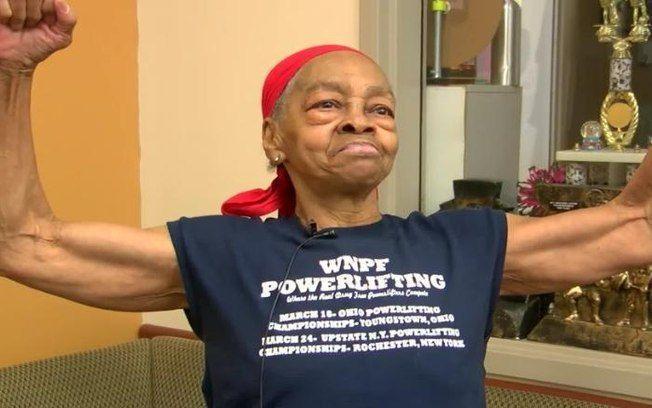Idosa de 82 anos usa mesa para derrubar e prender invasor