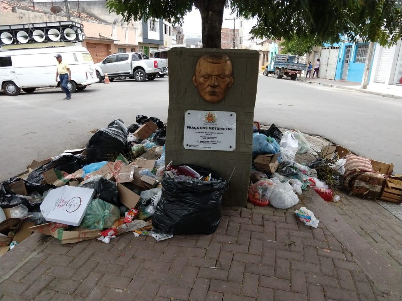 Cidade abandonada e lixo tomando conta das ruas e praças